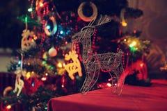 Fondo de la Navidad con el árbol de navidad y reno y decoración y luces de la Navidad Imágenes de archivo libres de regalías