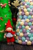 Fondo de la Navidad con el árbol en la tabla de madera Fotos de archivo libres de regalías