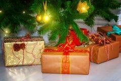 Fondo de la Navidad con el árbol de navidad Ornamentos rojos, de oro y de plata Fotos de archivo libres de regalías