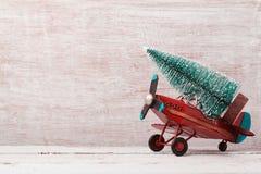 Fondo de la Navidad con el árbol rústico del juguete y de pino del aeroplano del vintage imágenes de archivo libres de regalías