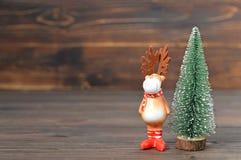 Fondo de la Navidad con el árbol de navidad y el reno Fotografía de archivo libre de regalías