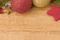 Fondo de la Navidad con el abeto, las chucherías y las estrellas en la madera Imagen de archivo