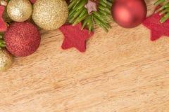 Fondo de la Navidad con el abeto, las chucherías y las estrellas en madera Imágenes de archivo libres de regalías