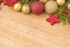 Fondo de la Navidad con el abeto, las chucherías y las estrellas en madera Imagenes de archivo