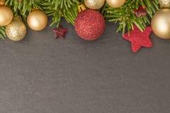 Fondo de la Navidad con el abeto, las chucherías y las estrellas en pizarra Fotografía de archivo libre de regalías