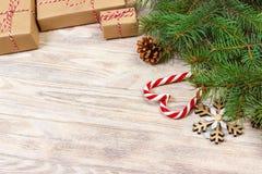 Fondo de la Navidad con el caramelo, el regalo y los copos de nieve decorativos Copie el espacio Imagen de archivo