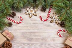Fondo de la Navidad con el caramelo, el regalo y los copos de nieve decorativos Copie el espacio Foto de archivo