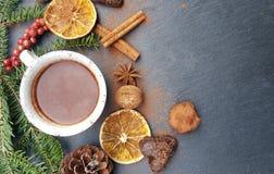 Fondo de la Navidad con el chocolate del árbol de abeto, nuts y caliente Fotos de archivo