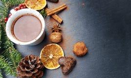 Fondo de la Navidad con el chocolate del árbol de abeto, nuts y caliente Imágenes de archivo libres de regalías