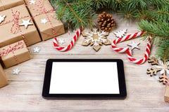Fondo de la Navidad con el cuaderno, la caja de regalo, el árbol de abeto y las decoraciones del día de fiesta en la tabla blanca Imagenes de archivo