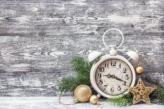 Fondo de la Navidad con el despertador, ramas del árbol de abeto y Imagen de archivo