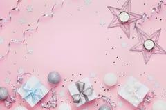 Fondo de la Navidad con el espacio de la copia para el texto de saludo Cajas y decoración de regalo en la opinión de sobremesa ro Fotografía de archivo