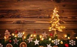 Fondo de la Navidad con el ligh de madera de las decoraciones, del árbol y del punto Imágenes de archivo libres de regalías