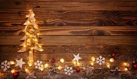Fondo de la Navidad con el ligh de madera de las decoraciones, del árbol y del punto Foto de archivo