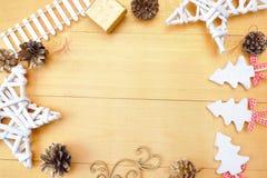 Fondo de la Navidad con el lugar para su texto y árbol de navidad y estrella blancos en un fondo de madera del oro Endecha plana Imágenes de archivo libres de regalías