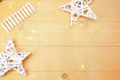 Fondo de la Navidad con el lugar para su texto y árbol de navidad y estrella blancos en un fondo de madera del oro Endecha plana Fotos de archivo