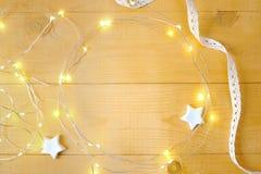 Fondo de la Navidad con el lugar para su texto y árbol de navidad y estrella blancos en un fondo de madera del oro Endecha plana Imagenes de archivo