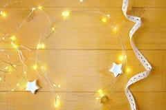 Fondo de la Navidad con el lugar para su texto y árbol de navidad y estrella blancos en un fondo de madera del oro Endecha plana Fotografía de archivo