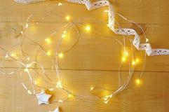 Fondo de la Navidad con el lugar para su texto y árbol de navidad y estrella blancos en un fondo de madera del oro Endecha plana Imagen de archivo