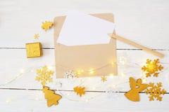 Fondo de la Navidad con el lugar para su texto y árbol de navidad, guirnalda y ángel de oro en un fondo de madera blanco Imágenes de archivo libres de regalías