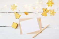 Fondo de la Navidad con el lugar para su texto y árbol de navidad, guirnalda y ángel de oro en un fondo de madera blanco Fotos de archivo libres de regalías