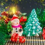 Fondo de la Navidad con el muñeco de nieve y el árbol de navidad Fotos de archivo libres de regalías