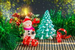 Fondo de la Navidad con el muñeco de nieve y el árbol de navidad Fotos de archivo
