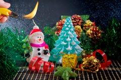 Fondo de la Navidad con el muñeco de nieve y el árbol de navidad Fotografía de archivo libre de regalías