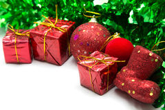 Fondo de la Navidad con el ornamento verde y la caja de regalo roja Fotos de archivo libres de regalías