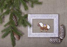 Fondo de la Navidad con el pan de jengibre bajo la forma de caballo adentro Fotos de archivo