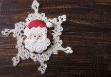 Fondo de la Navidad con el pan de jengibre en la forma Santa Clau Imágenes de archivo libres de regalías