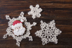 Fondo de la Navidad con el pan de jengibre en la forma Santa Claus Fotos de archivo libres de regalías