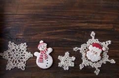Fondo de la Navidad con el pan de jengibre en la forma un muñeco de nieve y Fotografía de archivo libre de regalías