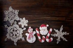 Fondo de la Navidad con el pan de jengibre en la forma un muñeco de nieve y Imágenes de archivo libres de regalías