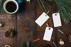 Fondo de la Navidad con el precio, taza de café, la Navidad de Fotografía de archivo libre de regalías