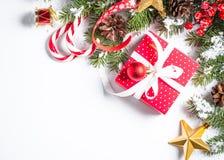 Fondo de la Navidad con el presente y decoraciones en blanco Foto de archivo libre de regalías