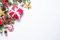 Fondo de la Navidad con el presente y decoraciones en blanco Fotografía de archivo libre de regalías