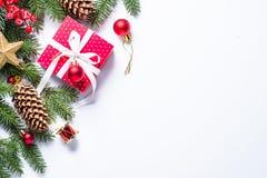 Fondo de la Navidad con el presente y decoraciones en blanco Fotos de archivo libres de regalías