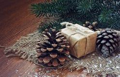 Fondo de la Navidad con el regalo, cono del árbol de abeto Fotografía de archivo libre de regalías