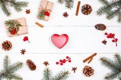 Fondo de la Navidad con el regalo de la Navidad en la forma de corazón, abeto b Fotos de archivo libres de regalías