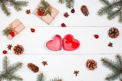 Fondo de la Navidad con el regalo de la Navidad en la forma de corazón, abeto b Imagenes de archivo