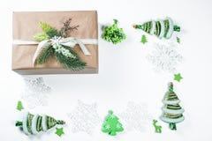 Fondo de la Navidad con el regalo, las ramas de árbol de navidad, la nieve, el copo de nieve y las decoraciones Foto de archivo libre de regalías