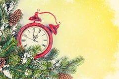 Fondo de la Navidad con el reloj y la rama Imágenes de archivo libres de regalías