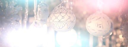 Fondo de la Navidad con el vidrio que adorna bolas Imagen de archivo libre de regalías