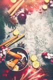 Fondo de la Navidad con el vino reflexionado sobre, las especias, la decoración festiva de la Navidad y la iluminación del bokeh  fotos de archivo