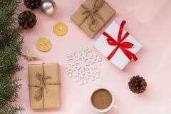 Fondo de la Navidad con la fruta de la taza de los regalos y de té del árbol de navidad imágenes de archivo libres de regalías