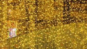 Fondo de la Navidad con la guirnalda de las luces del centelleo metrajes