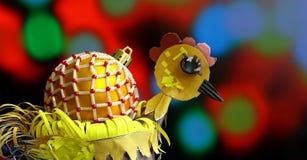 Fondo de la Navidad con hecho a mano de las bolas adornado como gallo Imagen de archivo libre de regalías