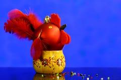 Fondo de la Navidad con hecho a mano de las bolas adornado como gallo Imagenes de archivo