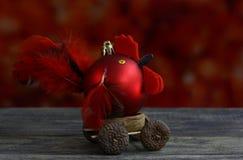 Fondo de la Navidad con hecho a mano rojo de las bolas adornado como gallo Fotografía de archivo libre de regalías